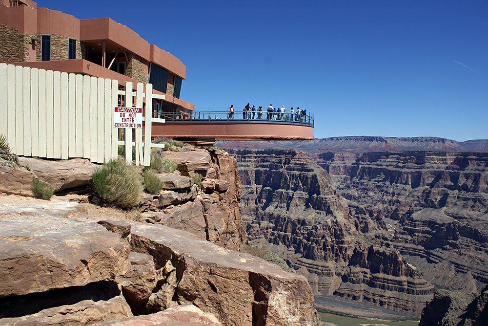 Поражающий своим величием и красотой Гранд-Каньон (Grand Canyon) в США, постоянно привлекает туристов и экстремалов со всего мира. Здесь расположен один из глубочайших каньонов в мире и разделяет его река Колорадо, которая за миллионы лет прорезала в горной породе глубокие ущелья. Для панорамного осмотра всей этой красоты была установлена уникальная смотровая площадка «Небесная тропа» (Skywalk).