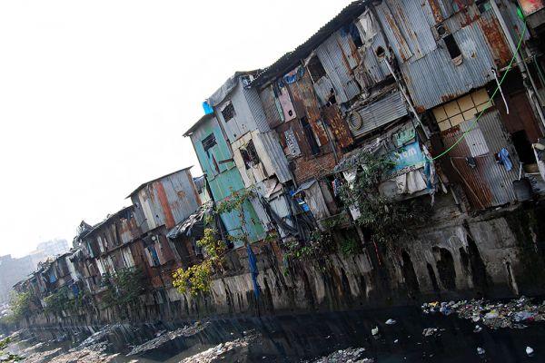 Многие бедняки, которые не в состоянии платить сравнительно небольшие деньги за жилье в Мумбаи, живут на окраинах в нищих трущобах. Снять комнату вот в таком домике можно за 3-5 долларов в месяц. А чтобы найти эти деньги, люди, порой, идут на все.