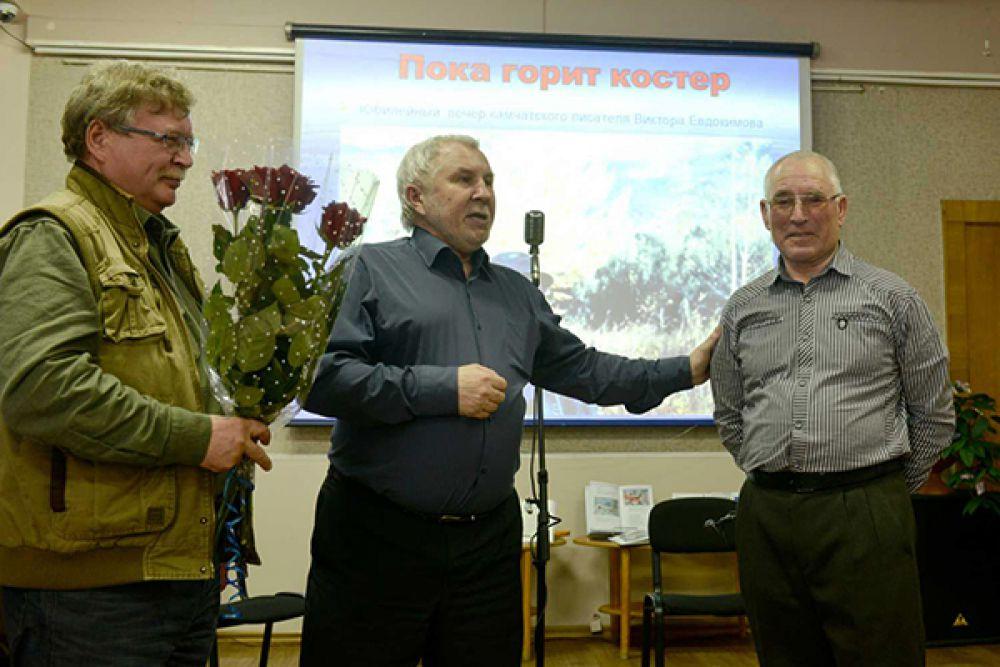 Коллегу по цеху поздравляют писатели Сергей Вахрин и Александр Смышляев.