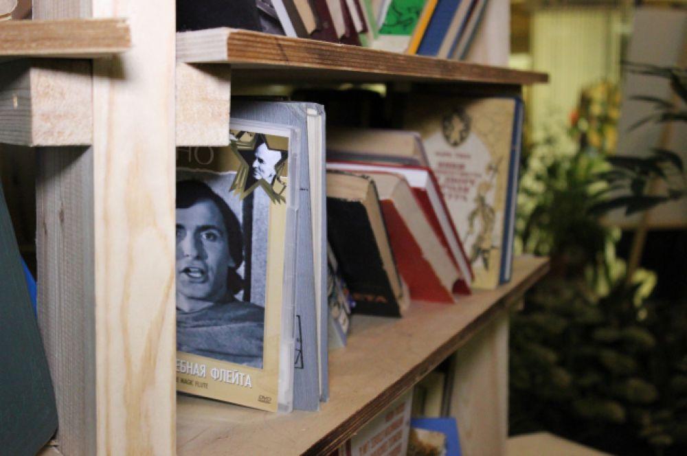 ...стеллажи книг и книги на стеллажах.