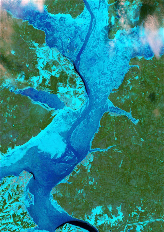 Снимок со спутника LANDSAT-8, дата 17.04.2014. Пространственное разрешение 15 м/пиксел, синтез в псевдонатуральных цветах. Состояние ледового покрова на Камском водохранилище.