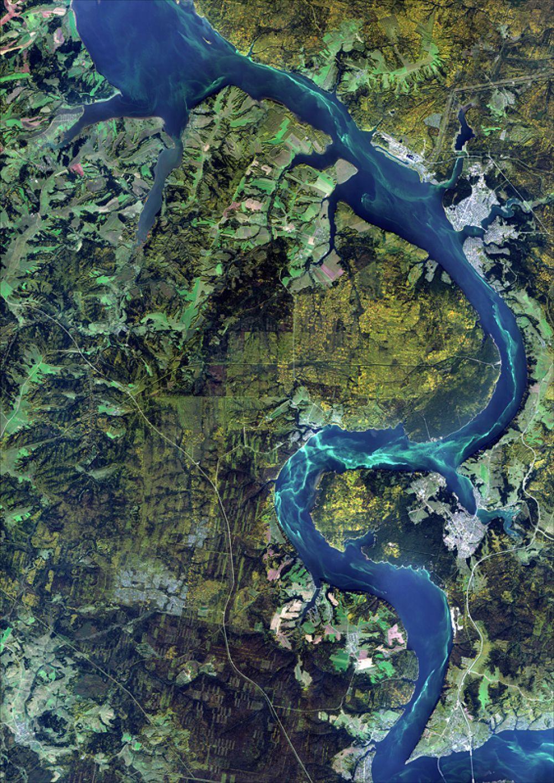 Снимок со спутника SPOT-6, дата 23.09.2014. Пространственное разрешение 1,85 м/пиксел, синтез в натуральных цветах. Камское водохранилище - полуостров Полазна и далее к северу.