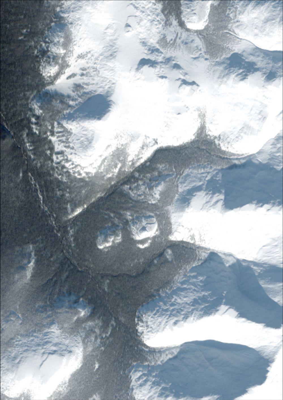 Снимок со спутника SPOT-6, дата 17.10.2014. Пространственное разрешение 1,6 м/пиксел, синтез в натуральных цветах. Большой Уральский хребет.