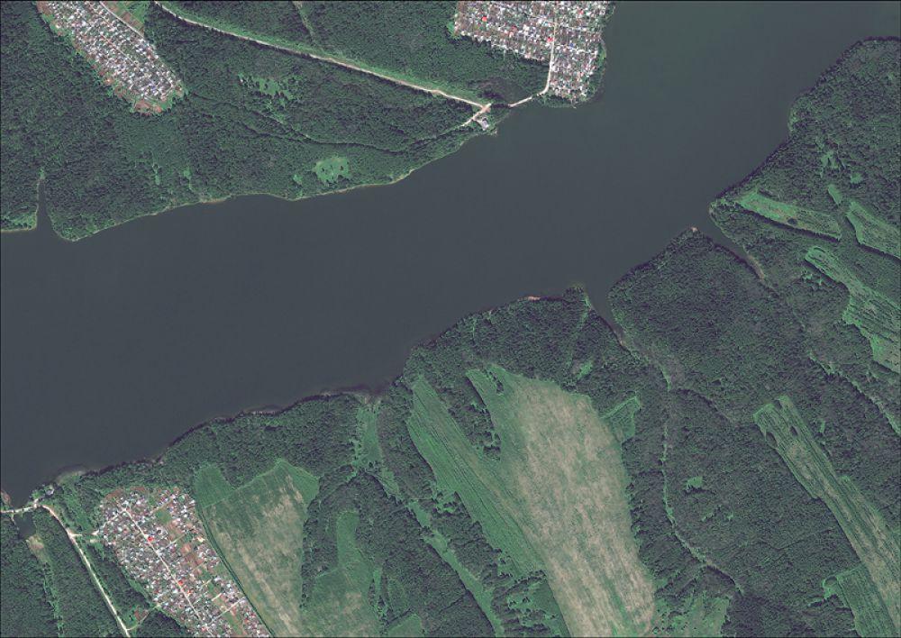 Снимок со спутника Pleiades-1, дата 08.06.2013. Пространственное разрешение 0,6 м/пиксел, синтез в натуральных цветах. Фрагмент Верхнезырянского водохранилища, 4 км на юго-восток от г. Березники.