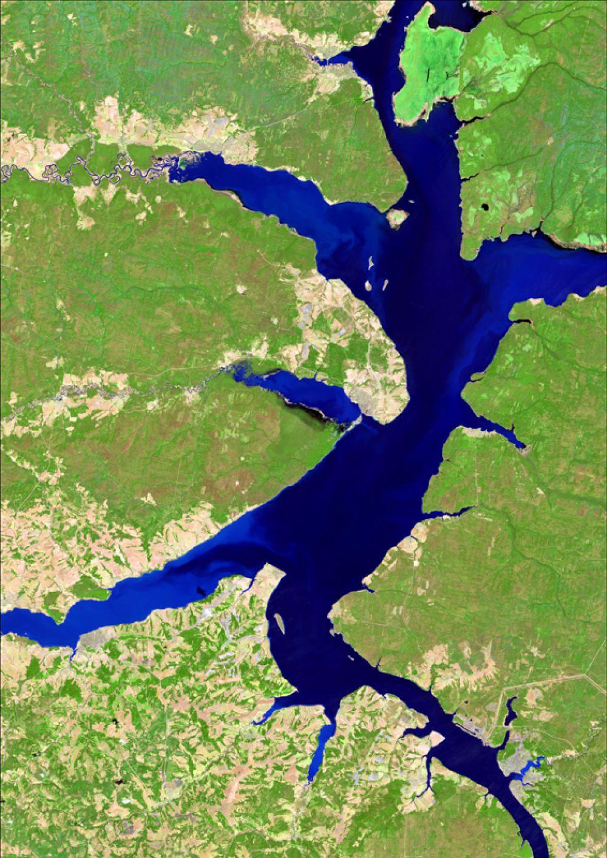 Снимок со спутника LANDSAT-8, дата 10.05.2014. Пространственное разрешение 15 м/пиксел, синтез в псевдонатуральных цветах. Камское водохранилище при прохождении половодья.