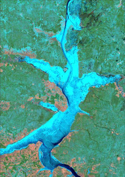Снимок со спутника LANDSAT-5, дата 19.04.2000. Пространственное разрешение 30 м/пиксел, синтез в псевдонатуральных цветах. Состояние ледового покрова на Камском водохранилище.
