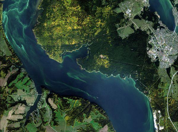Снимок со спутника SPOT-6, дата 23.09.2014. Пространственное разрешение 1,85 м/пиксел, синтез в натуральных цветах. Район н.п. Хохловка.