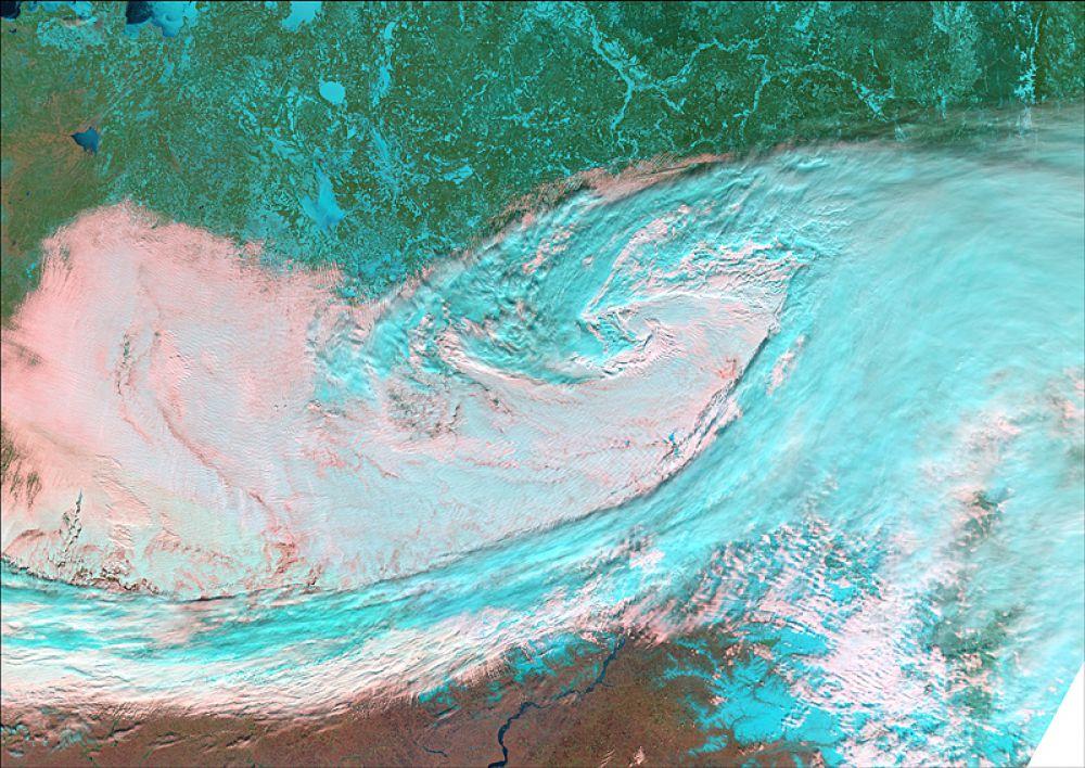 Снимок сенсором MODIS (cпутники Terra/Aqua), дата 15.03.2002. Пространственное разрешение 500 м/пиксел, синтез в псевдонатуральных цветах. Типичная картина облачности над территорией Пермского края.