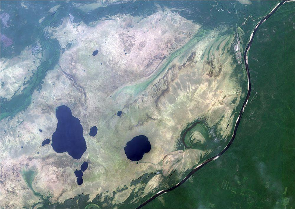 Снимок со спутника SPOT-6, дата 10.08.2013. Пространственное разрешение 1,95 м/пиксел, синтез в натуральных цветах. Большое Камское болото, озеро Большой Кумикуш.