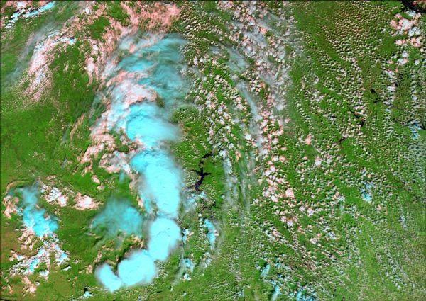 Снимок сенсором MODIS (cпутники Terra/Aqua), дата 09.07.2002. Пространственное разрешение 500 м/пиксел, синтез в псевдонатуральных цветах. Вид грозового фронта на подходе к г. Пермь.