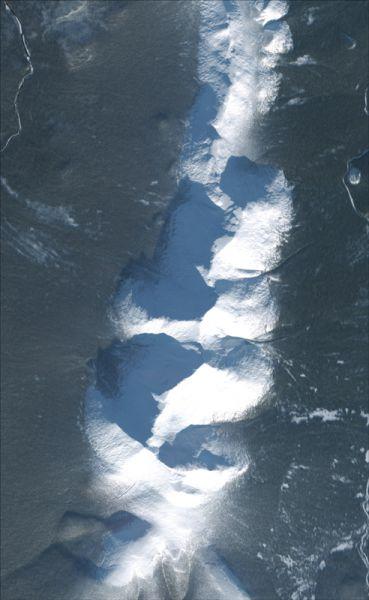 Снимок со спутника SPOT-6, дата 07.11.2014. Пространственное разрешение 1,6 м/пиксел, синтез в натуральных цветах. Тулымский хребет.