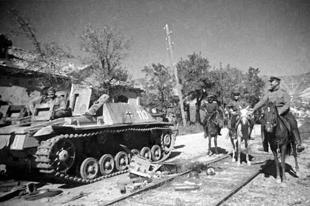 Советские офицеры рассматривают танки, брошенные немецкими захватчиками при отступлении из Новороссийска.