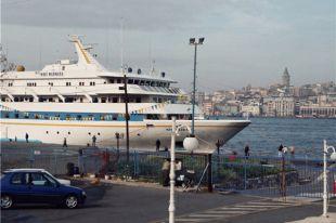 В Средиземном море горит паром с 170 пассажирами на борту