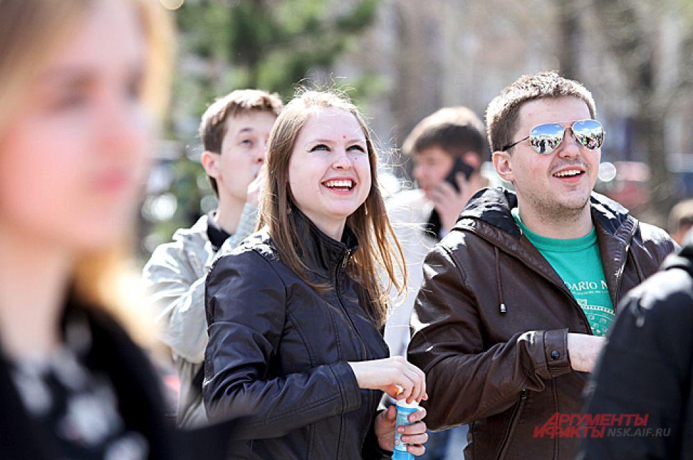 В Первомайский сквер пришли новосибирцы всех возрастов...
