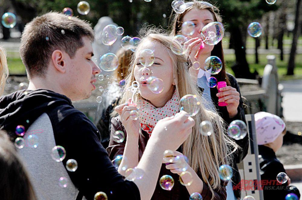 В этот день все желающие выходят на улицы города и пускают мыльные пузыри.
