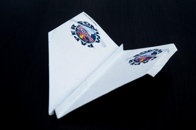 Новосибирец дальше всех запустил бумажный самолётик