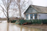 В некоторых деревнях вода только подступила к домам.