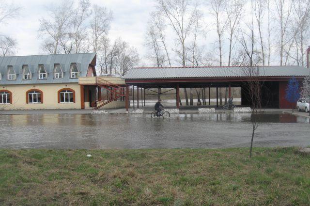 Паводок в Новокузнецке всегда начинается отсюда - с окрестностей вертолётной площадки. Залило - значит паводок будет не самым безопасным.