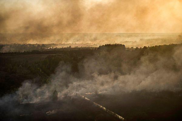 Весь день во вторник дул стойкий южный ветер со скоростью 5–6 метров в секунду. Таким образом, клубы дыма относило на север, к белорусской границе со скоростью примерно 20 километров в час.