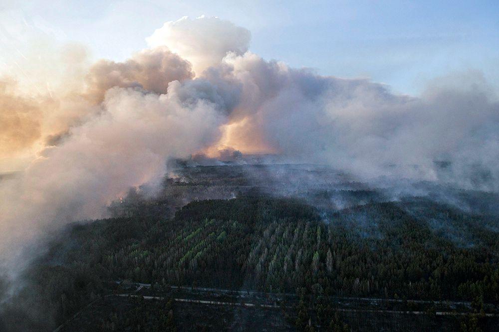 К четвергу скорость ветра снизится до 3–5 метров в секунду, так что дым будет распространяться по ветру со скоростью примерно 14 км в час. 90 км до Киева чернобыльский дым преодолеет за 6 часов.