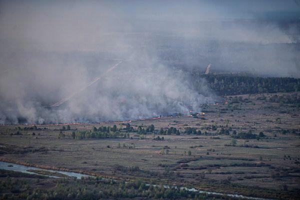 «У нас катастрофическая ситуация с техникой, если нужно иметь на Украине как минимум 12 вертолетов для службы по чрезвычайным ситуациям, а у нас их два...», - заметил Яценюк, облетевший на вертолете зону пожаров.
