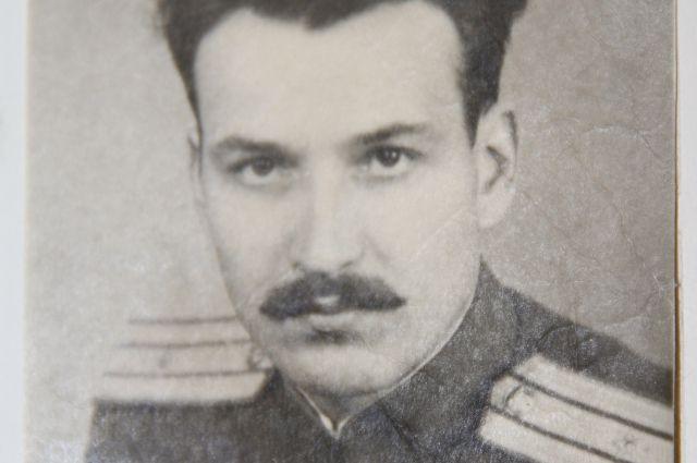 Молодой командир отрастил усы для солидности