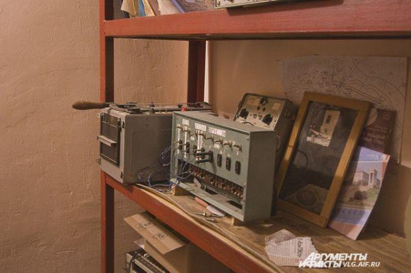 Здесь стоят приборы, которые анализируют данные со всех датчиков, установленных в скульптуре.