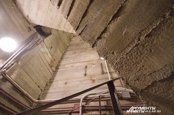 Наверх ведет бетонная лестница.