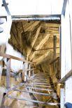 Еще одна металлическая лестница заканчивается деревянным настилом в голове «Родины-матери».
