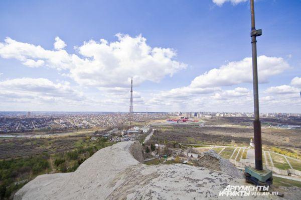 Вид из люка на макушке на Дзержинский район.