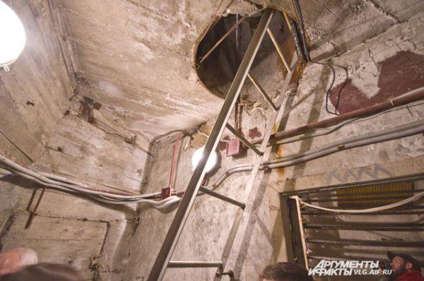 На уровне шеи бетонная лестница заканчивается, дальше подниматься надо по металлической.