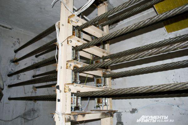 Для того, чтобы бетон не трескался, внутри скульптуры натянуто 99 стальных канатов.