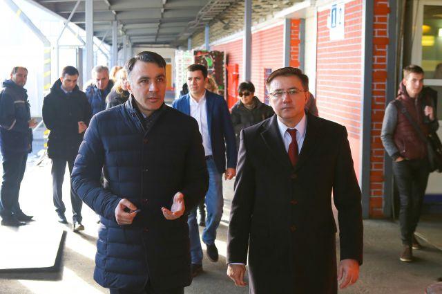Руслан Мисиков (слева) знакомит с работой предприятия главу Фрунзенского района Владимира Омельницкого.