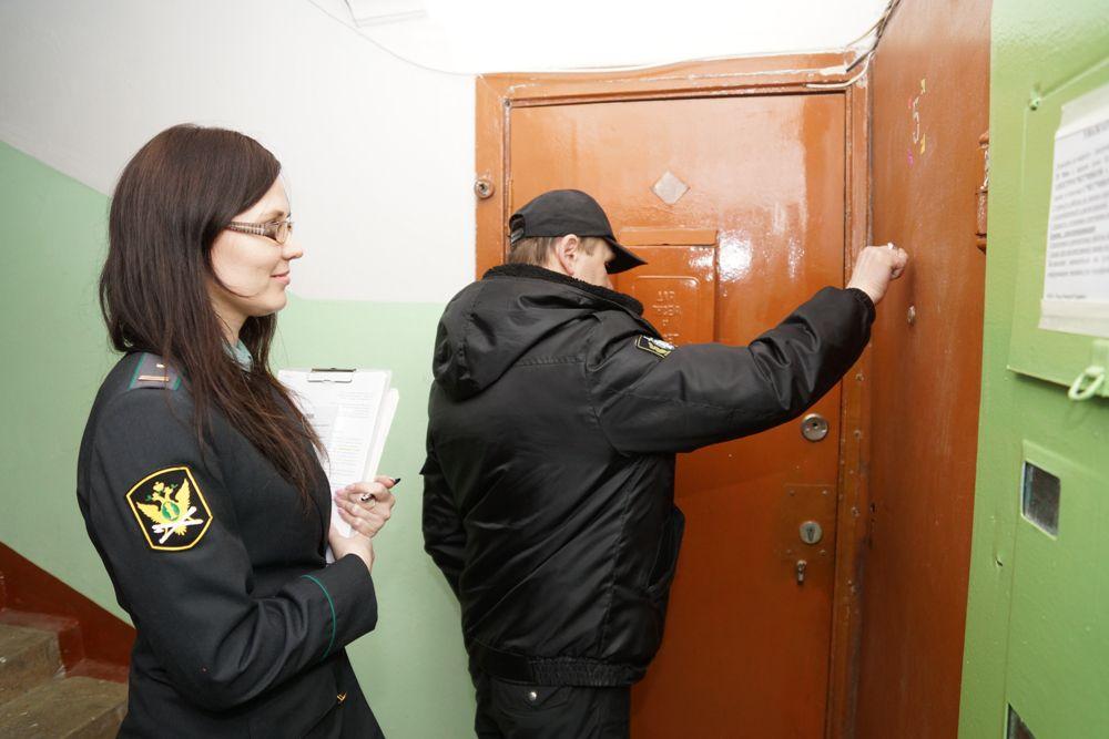 В обычной пермской многоэтажке на ул. Елькина, 8а, проживает один из должников. Сегодня его долг за свет - 31 тыс. руб. Судебные приставы-исполнители стучатся в квартиру неплательщика. Не открывают, видимо никого нет дома.