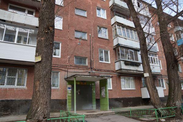 Злостного неплательщика по ул. Краснофлотской, 25 дома не оказалось. Подачу электричества у него также приостановили. Перед уходом специалисты оставили хозяину напоминание об отключении. Вернуть свет можно только, погасив долг.