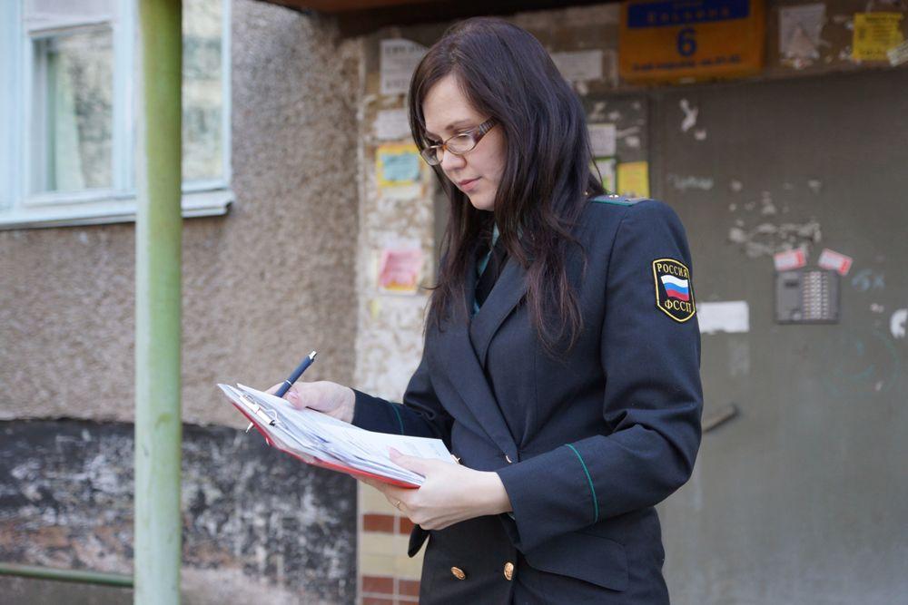 Татьяна Перевощикова, судебный пристав-исполнитель, еженедельно общается с должниками. За один рейд специалист обходит около 12 адресов. По опыту она знает, что неплательщики моментально реагируют на отключение. Как правило, в первые сутки гасят долг.