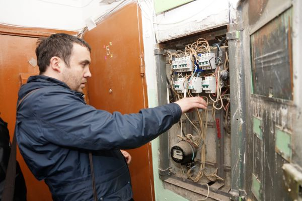 Однако, для того чтобы приостановить подачу электроэнергии, присутствие хозяев необязательно. Электрик сам открывает щиток (благо электрический счётчик расположен в подъезде). Пара минут - и готово. Свет отключен.
