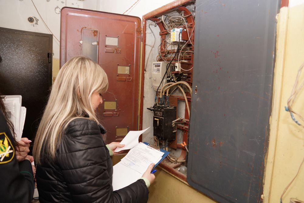 Евгения ВЕДЕРНИКОВА, специалист «Пермэнергосбыта» сверяет показания прибора учёта. Всех отключённых должников энергетики в обязательном порядке проверяют.