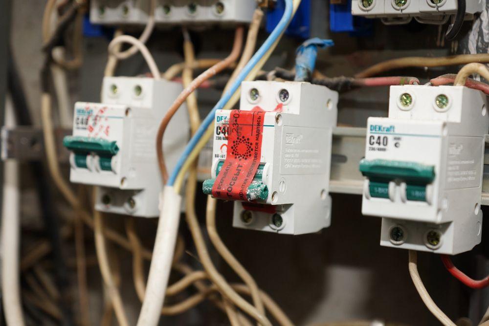 После того, как подача электроэнергии ограничена, электромонтёр наклеивает пломбу на пробки-автоматы. Срывать ее самостоятельно нельзя.