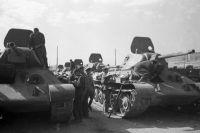 Танки Т-34 готовятся к отправке на фронт.