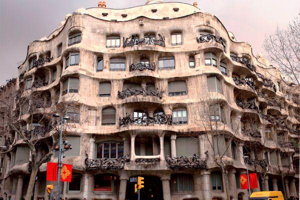 Casa mila («Каменная пещера»). Барселона, Испания.