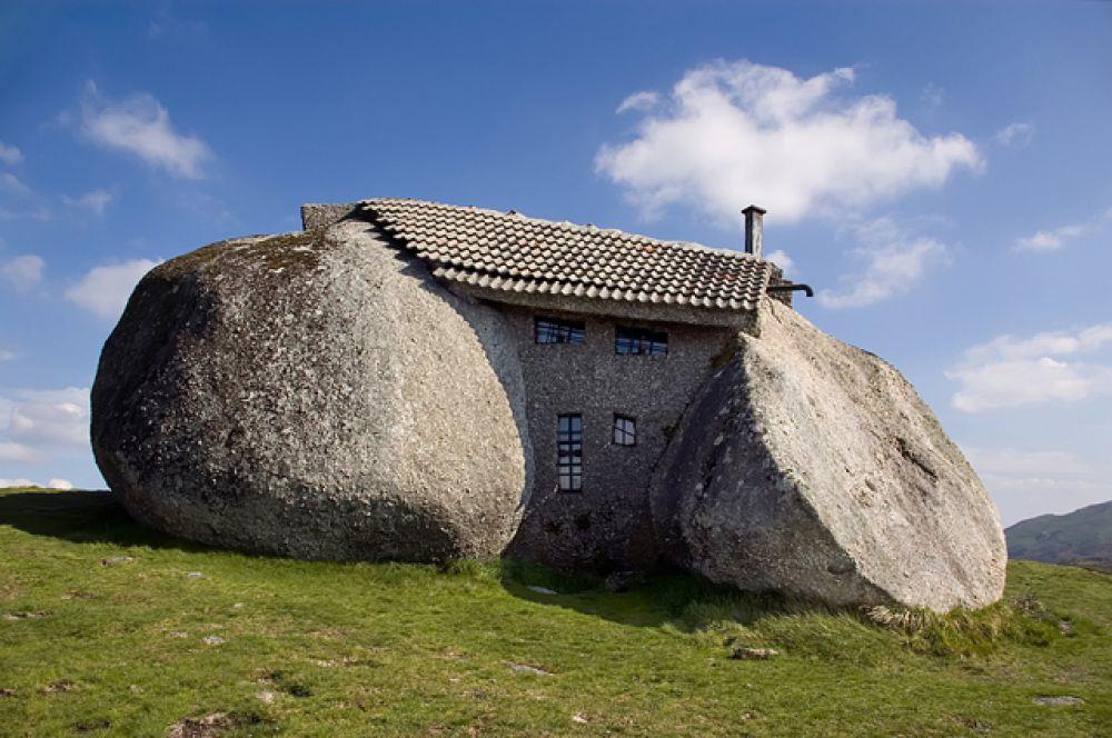 «Дом тролля» («Каменный дом») в Португалии. Туристы считают, что он вытесан из валунов, на самом деле — просто виртуозно вписан между гигантскими камнями. Считается самым экологичным в мире домом — электроэнергией обеспечивает ветряк, отопление каминное, в отделке только натуральный камень и балки из дуба и сосны.