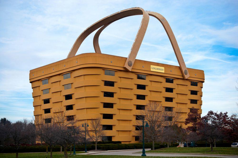 Офис-корзина. Мечта Волка из «Красной Шапочки» — дом в виде самой гигантской в мире корзины — находится в американском штате Огайо. Такую оригинальную форму для своего офиса выбрала... да, вы правы, компания, торгующая корзинами! Высота «бетонокорзины» — 24 метра. Оригинально, но хорошо всё-таки, что не все профильные компании строят себе офисы в виде своей продукции.