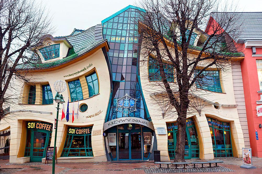 «Горбатый дом» (The Crooked House). Сопот, Польша. В 2004-ом году в польском городе Сопот построили необычный дом фантастического вида, получивший в дальнейшем название «Горбатый дом». Его проект создал шведский художник Пер Далберг, вдохновлённый сказками Яна Марчина Сзансера. Он задумал придать зданию сказочный вид. Надо отметить, что ему удалось воплотить задуманное в жизнь.