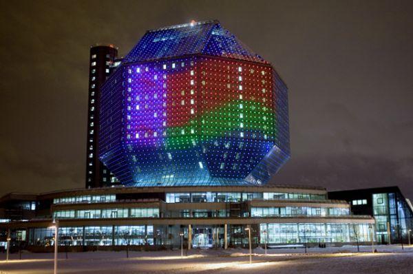 Национальная библиотека в Минске. Самая большая в мире библиотека — в Республике Беларусь — насчитывает 20 этажей. Сверху — почти настоящий «бриллиант» весом 115 тыс. т (это без веса книг!). Подсветка автоматически включается после заката солнца и работает до полуночи, узоры на «бриллианте» меняются каждую секунду.