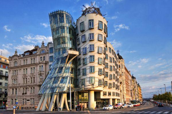 Танцующий дом в Праге. Это здание, спроектированное архитекторами Фрэнком Гери и Владом Милуничем, изогнулось так игриво, как будто исполняет чувственный танец. 99 панелей, из которых оно изготовлено, абсолютно разные по форме.  «Это же сколько наши архитекторы выпили», — усмехаются местные жители, а приезжие называют танцующий дом «самым знаменитым пьяницей в Европе».