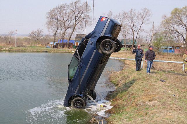 Утонувший автомобиль вытащили из пожарного карьера.