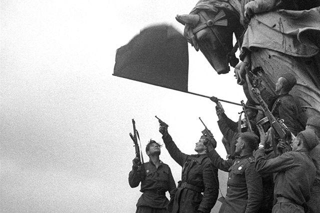 Советские солдаты на крыше Рейхстага. Май 1945 г.
