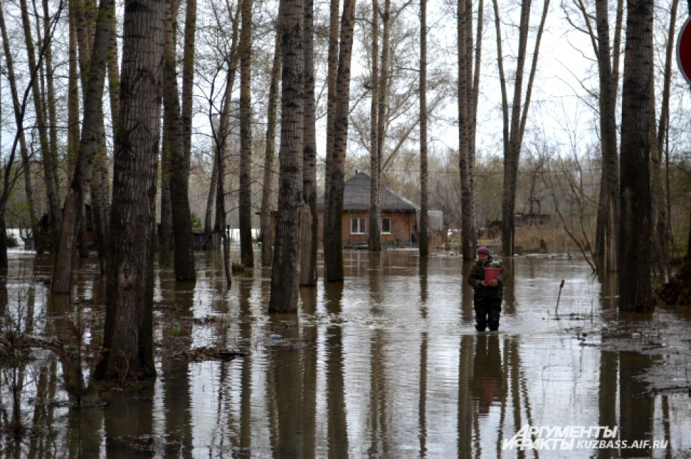 Жители подтопленных районов спасают свое имущество.