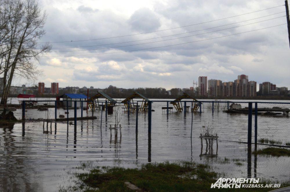 После паводка на берегу Томи хорошо, а во время паводка отдых здесь недоступен.